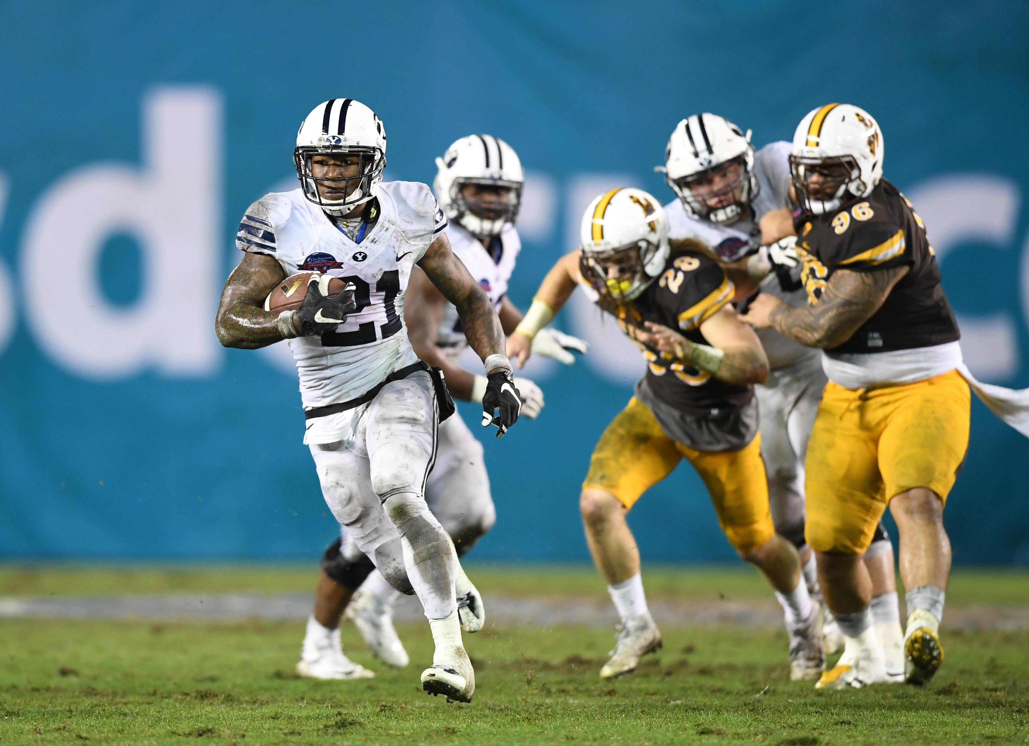 9768033-ncaa-football-poinsettia-bowl-brigham-young-vs-wyoming