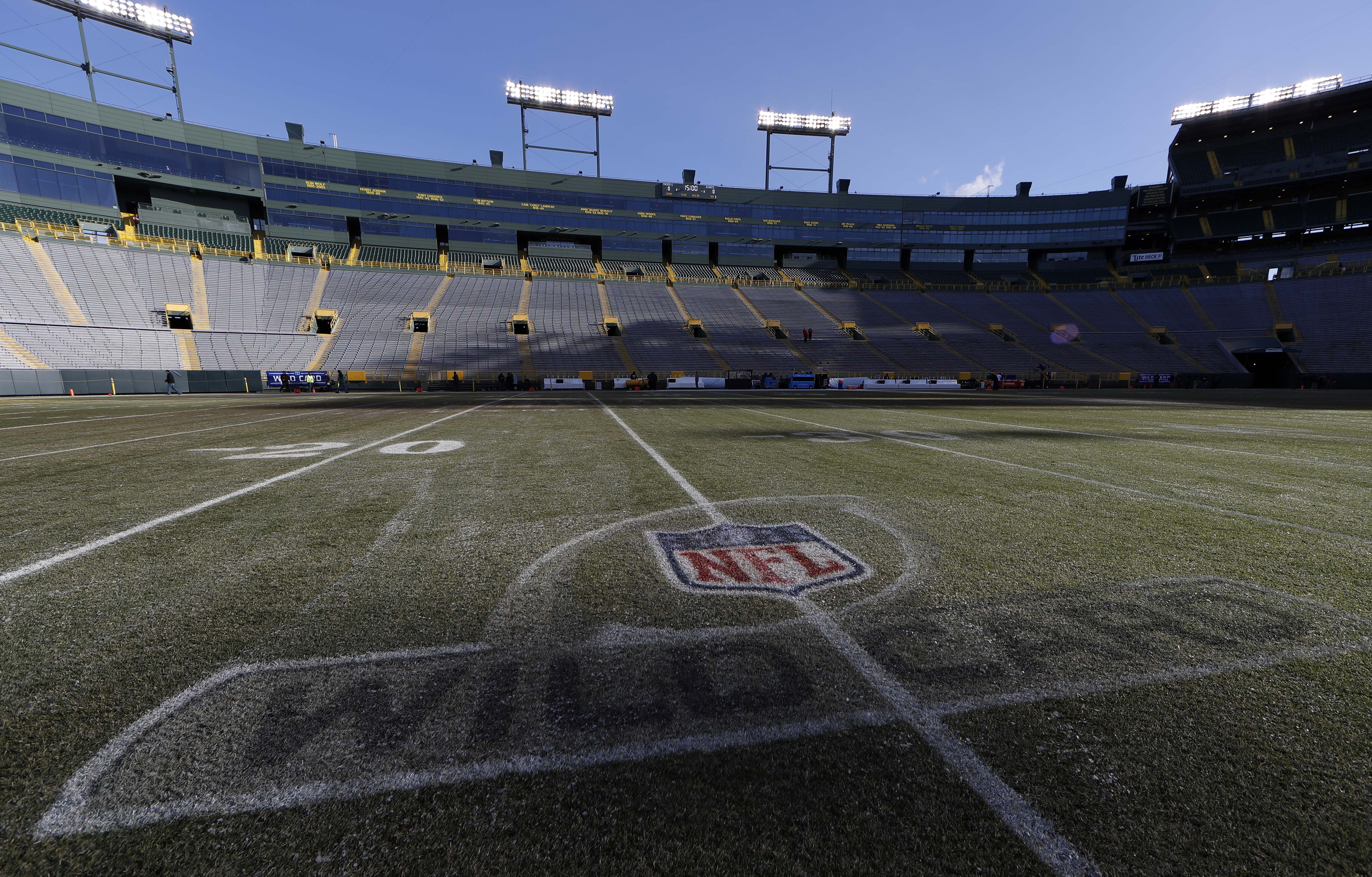 9797312-nfl-nfc-wild-card-new-york-giants-at-green-bay-packers