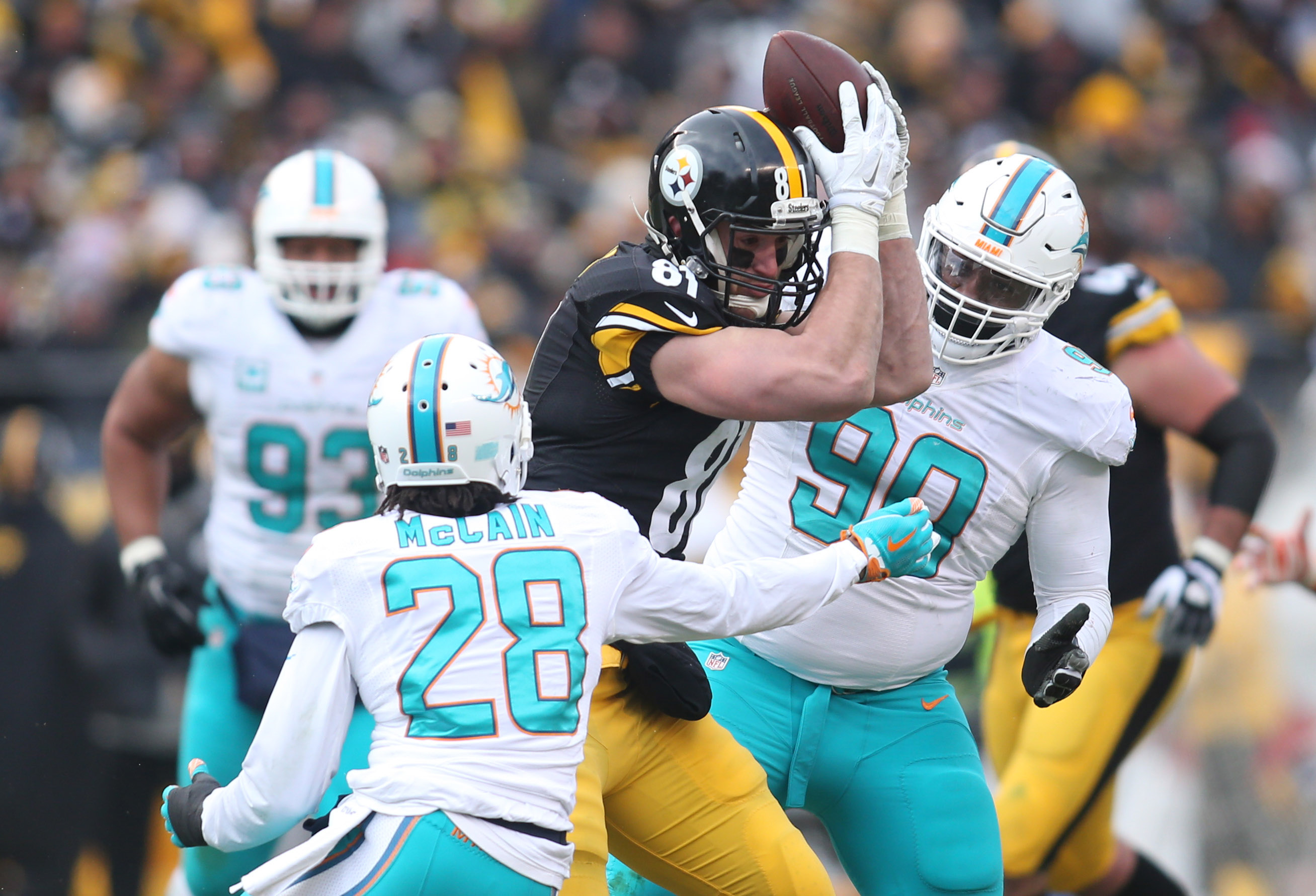 9804489-nfl-afc-wild-card-miami-dolphins-at-pittsburgh-steelers