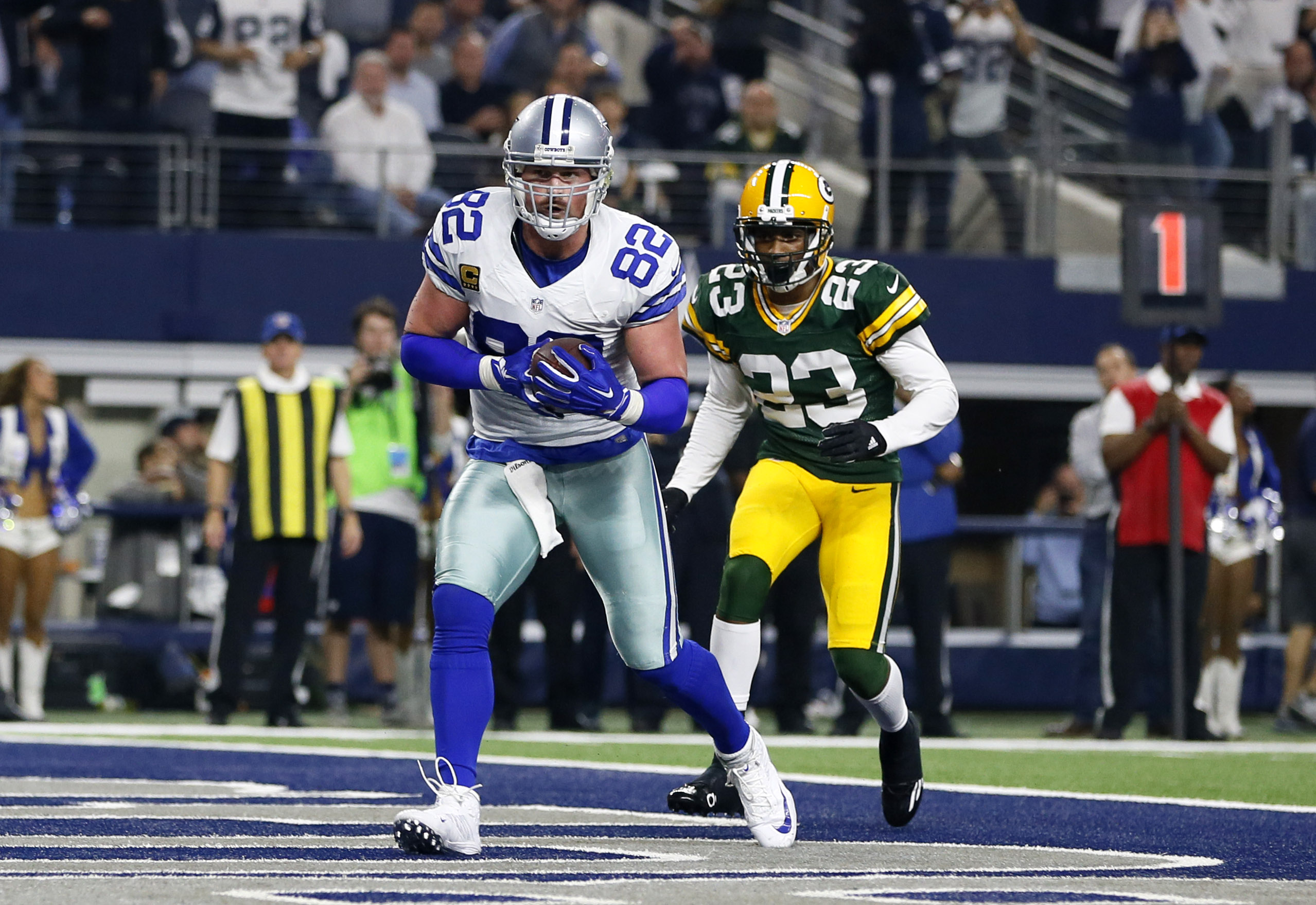 Jan 15, 2017; Arlington, TX, USA; Dallas Cowboys tight end Jason Witten (82) catches a touchdown pass against Green Bay Packers cornerback Damarious Randall ...
