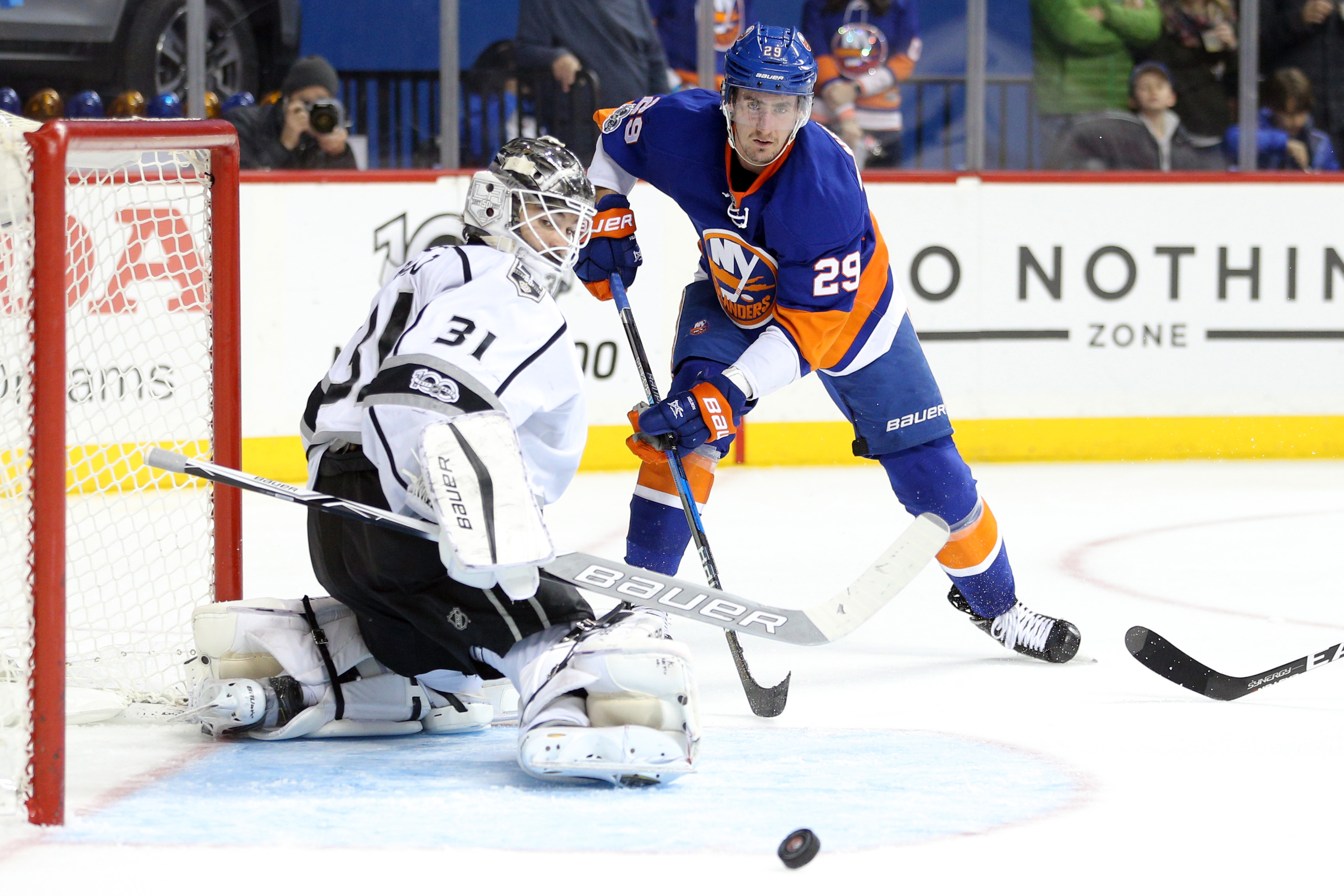 9829096-nhl-los-angeles-kings-at-new-york-islanders