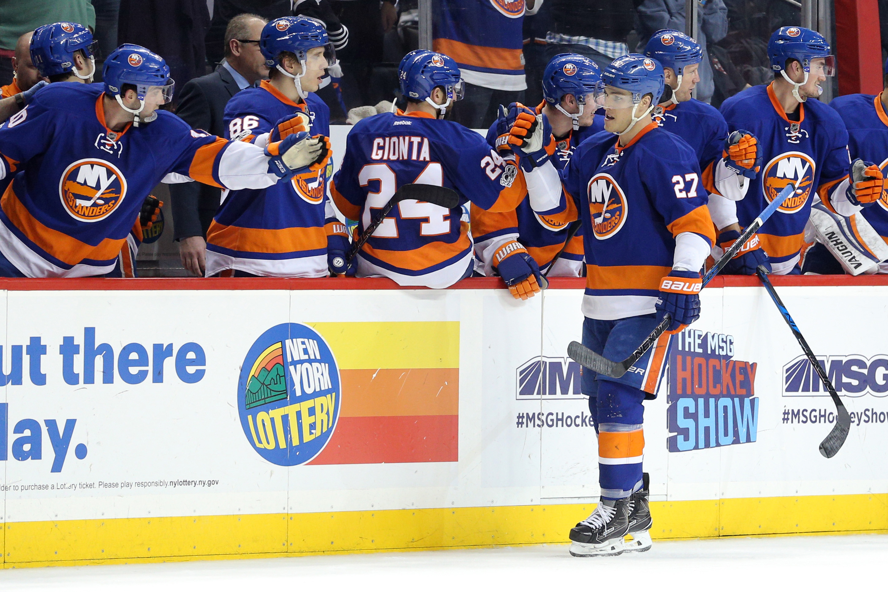 9829610-nhl-los-angeles-kings-at-new-york-islanders