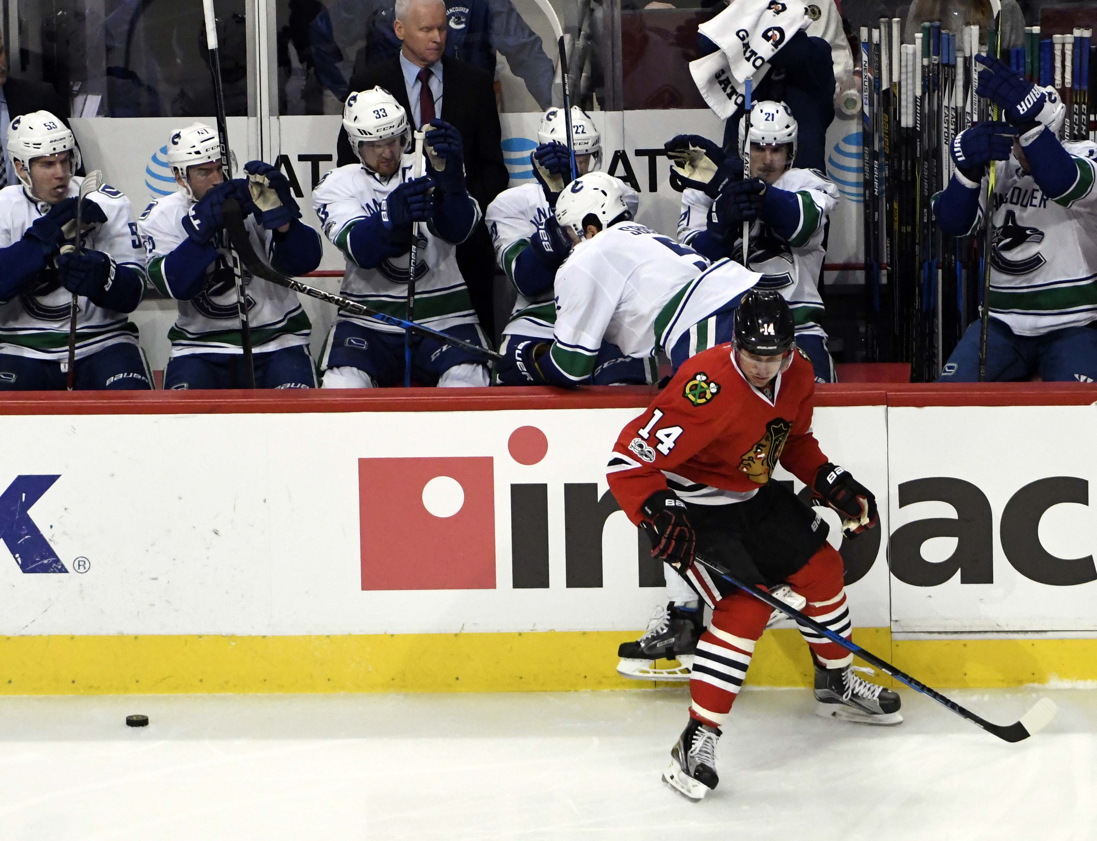 9832854-nhl-vancouver-canucks-at-chicago-blackhawks