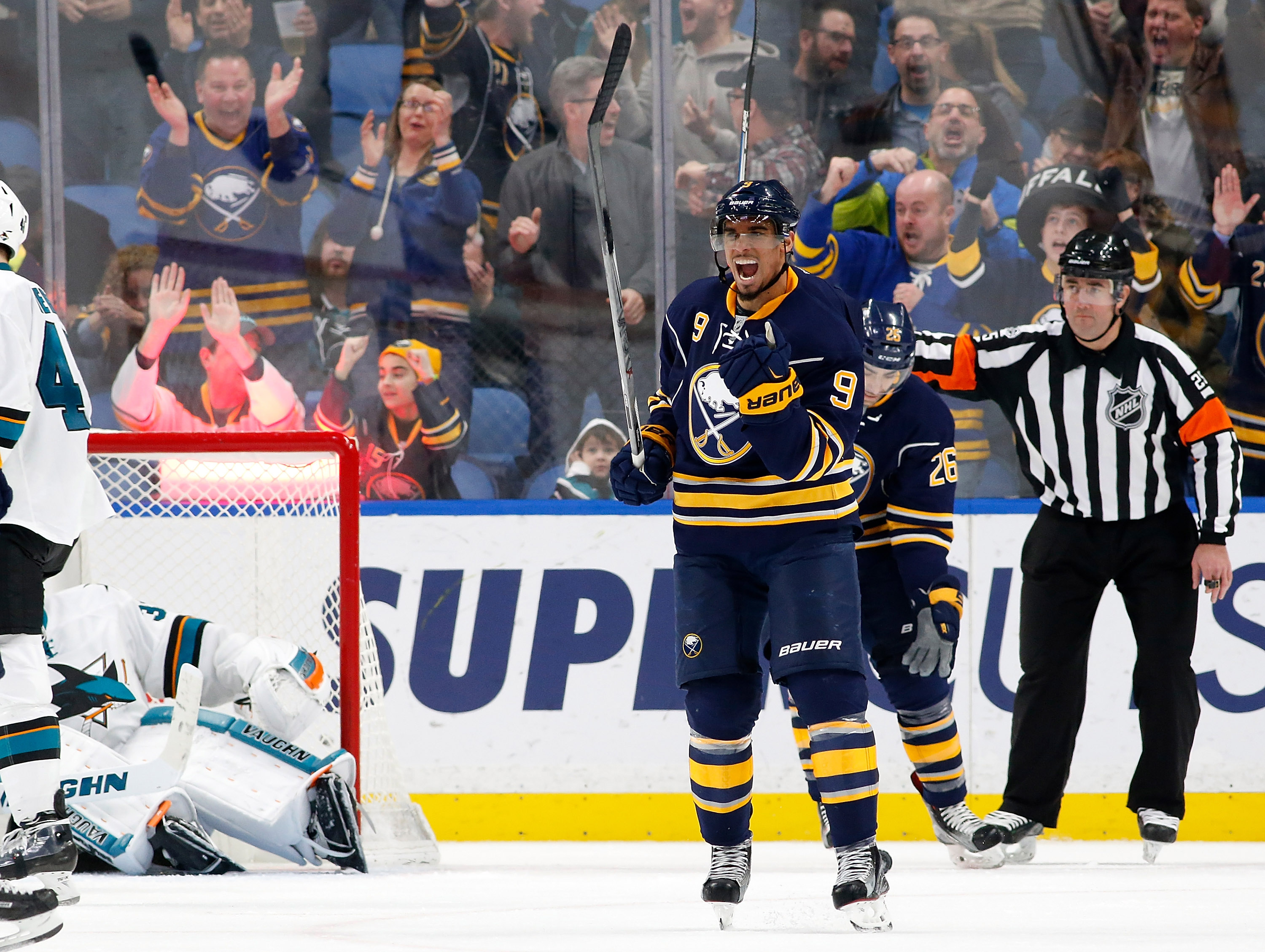 9865193-nhl-san-jose-sharks-at-buffalo-sabres