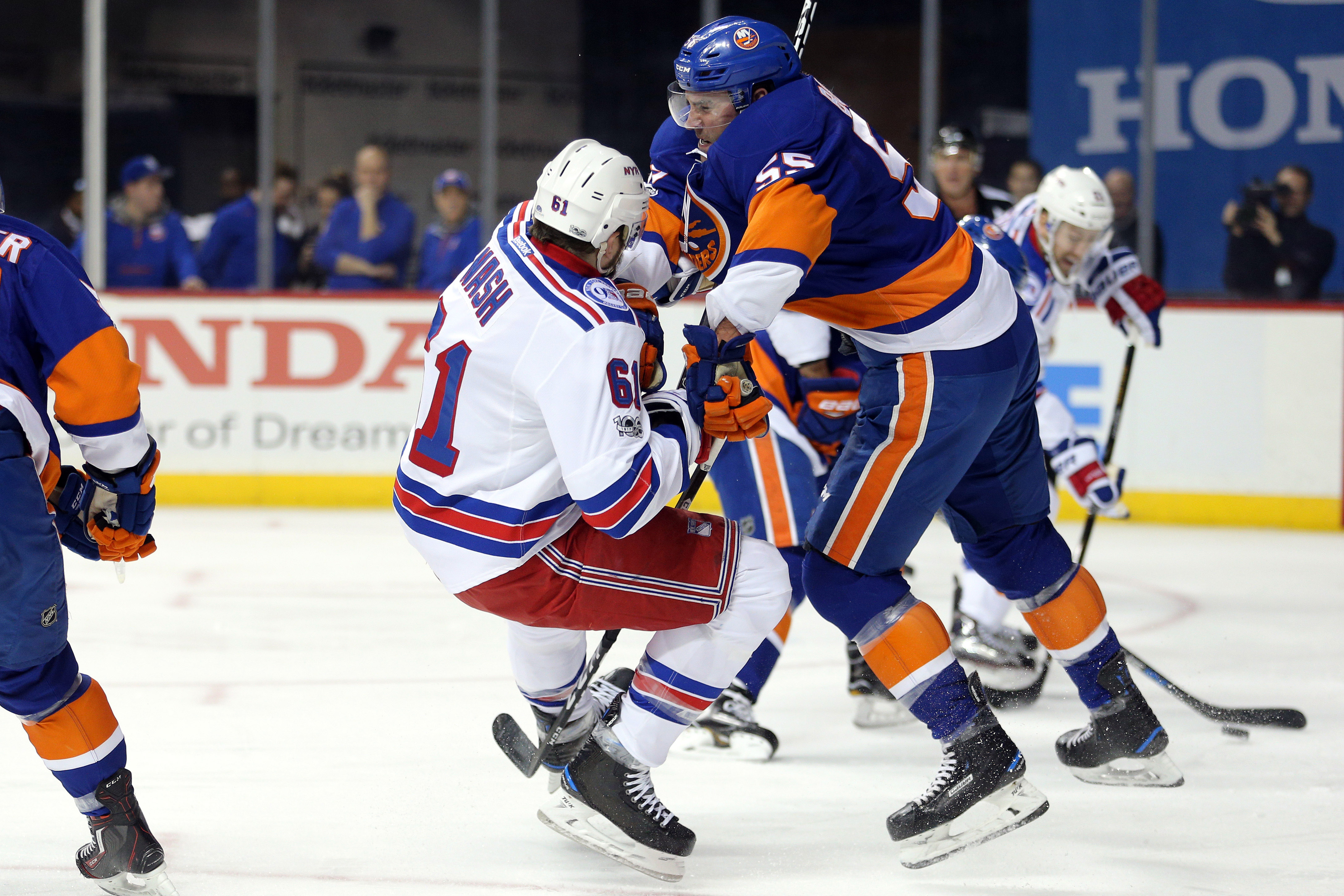 9881173-nhl-new-york-rangers-at-new-york-islanders