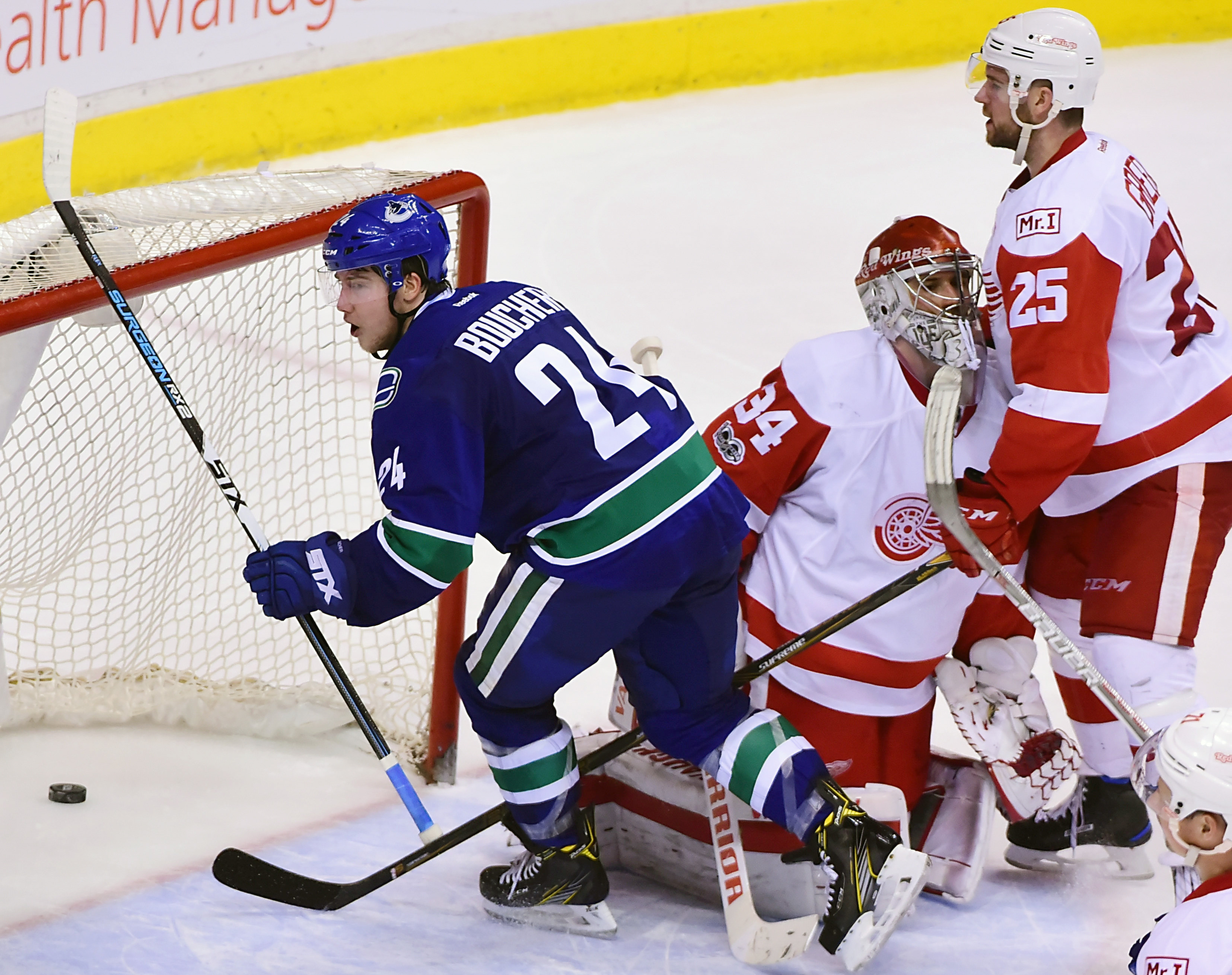 9909086-nhl-detroit-red-wings-at-vancouver-canucks
