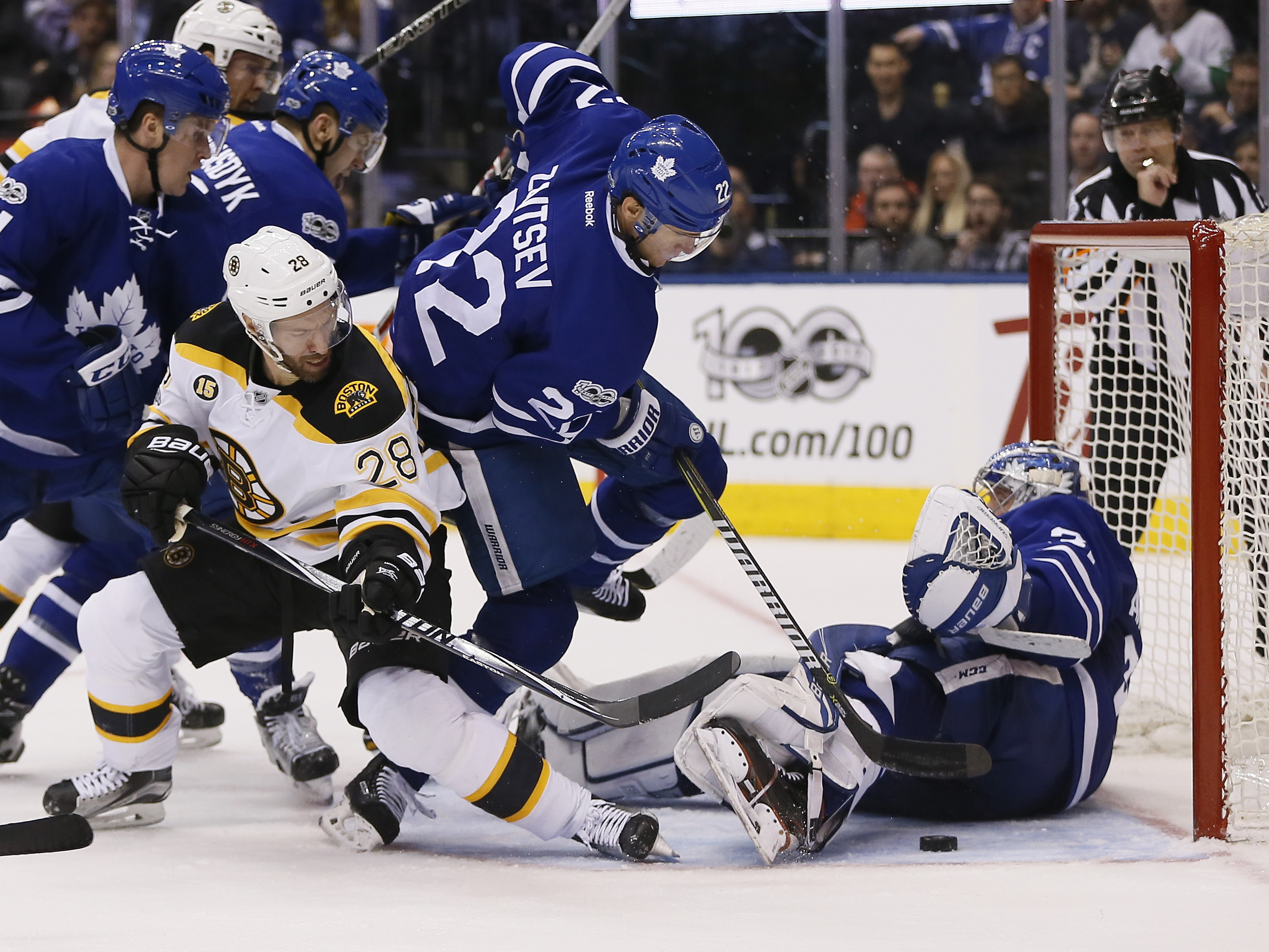 9961332-nhl-boston-bruins-at-toronto-maple-leafs