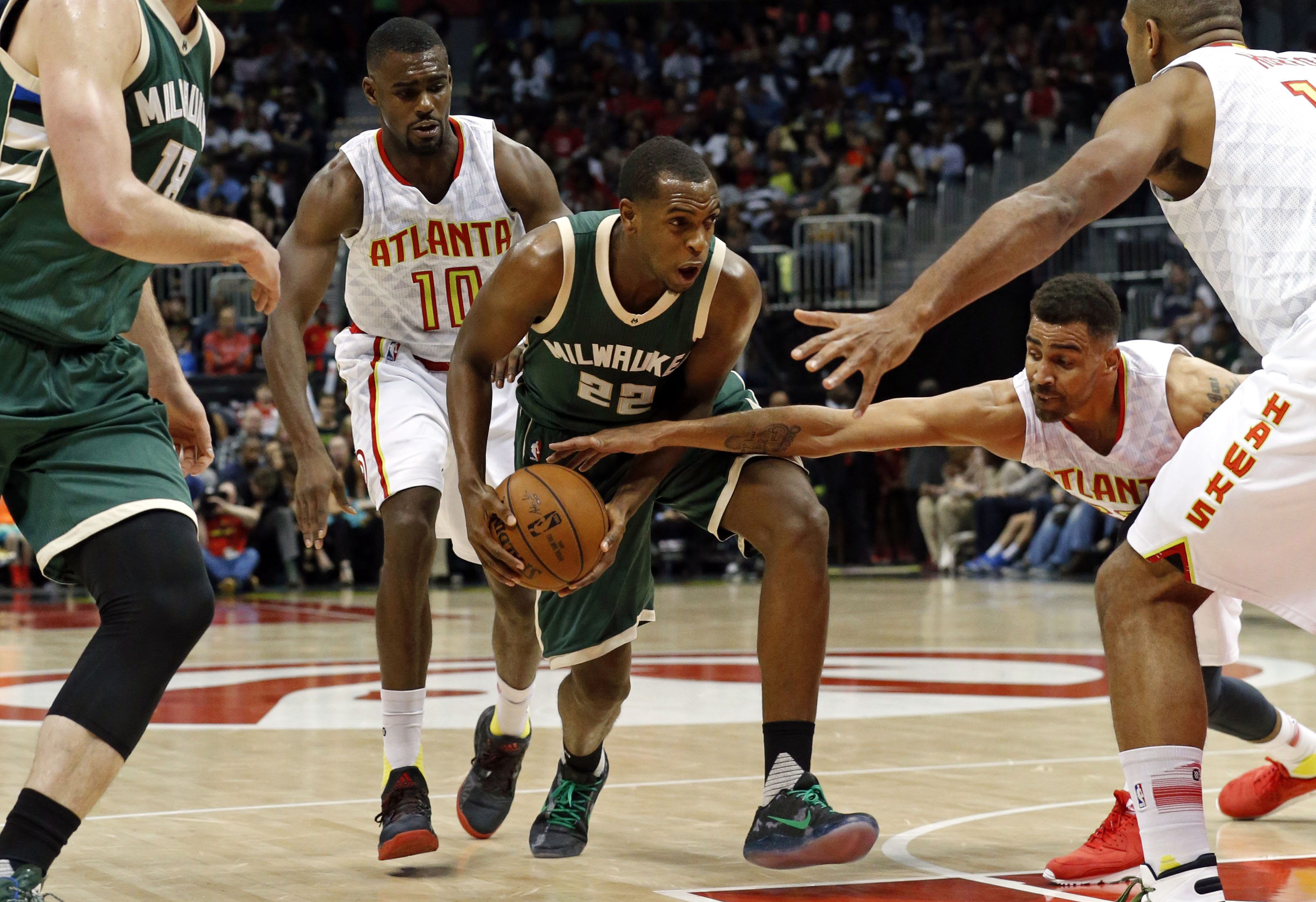 9211139-nba-milwaukee-bucks-at-atlanta-hawks
