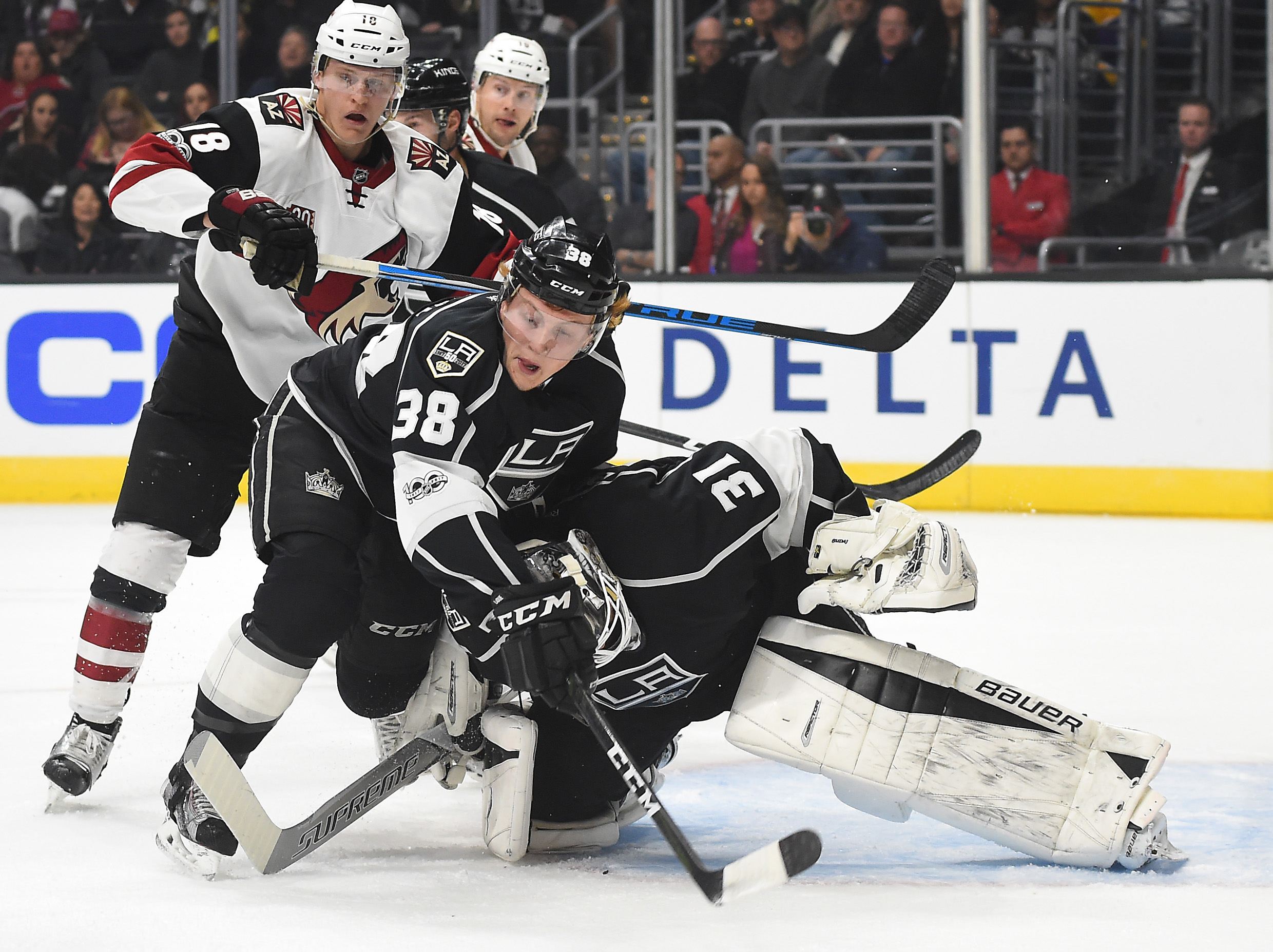 9881703-nhl-arizona-coyotes-at-los-angeles-kings