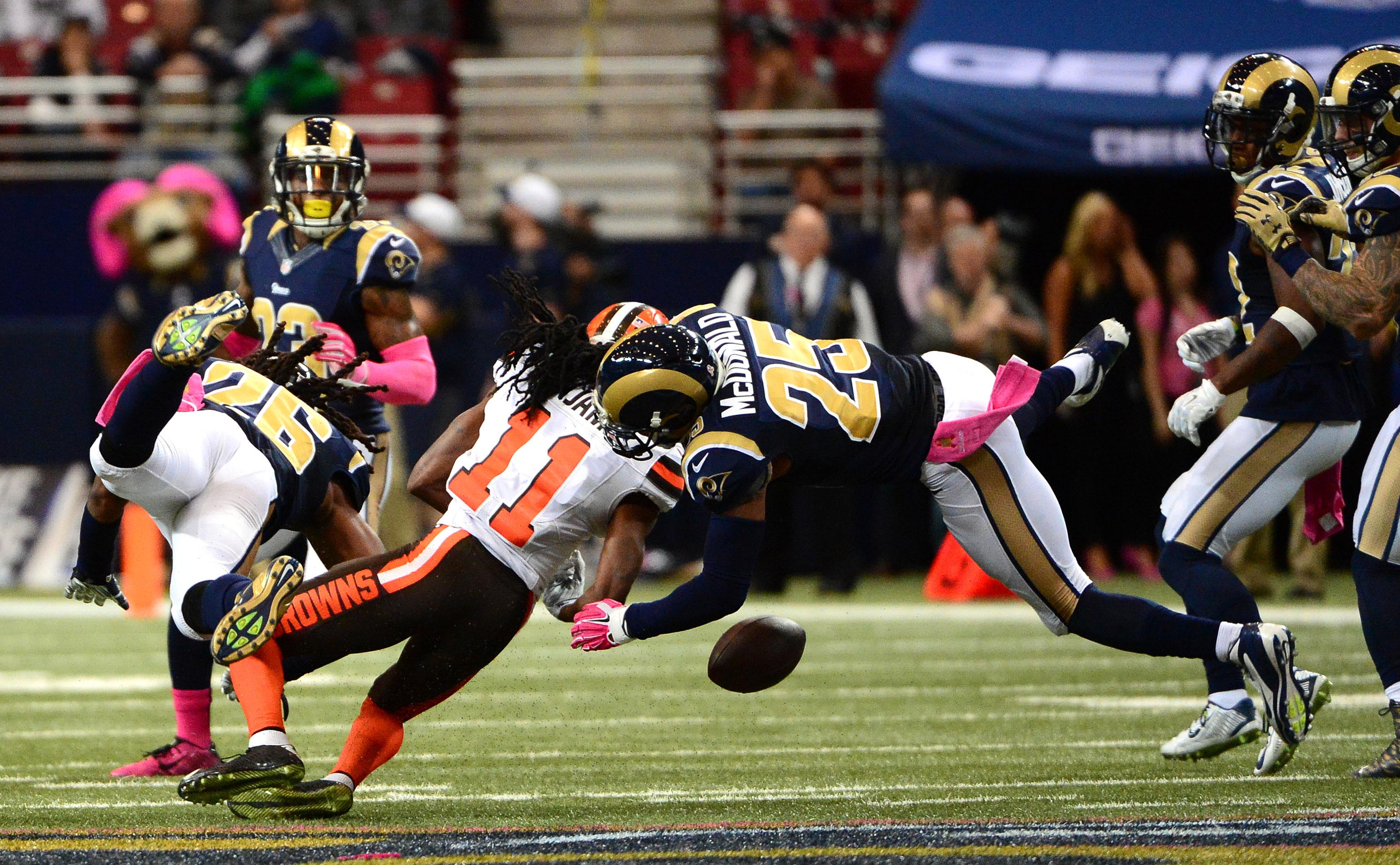 8883968-nfl-cleveland-browns-at-st.-louis-rams