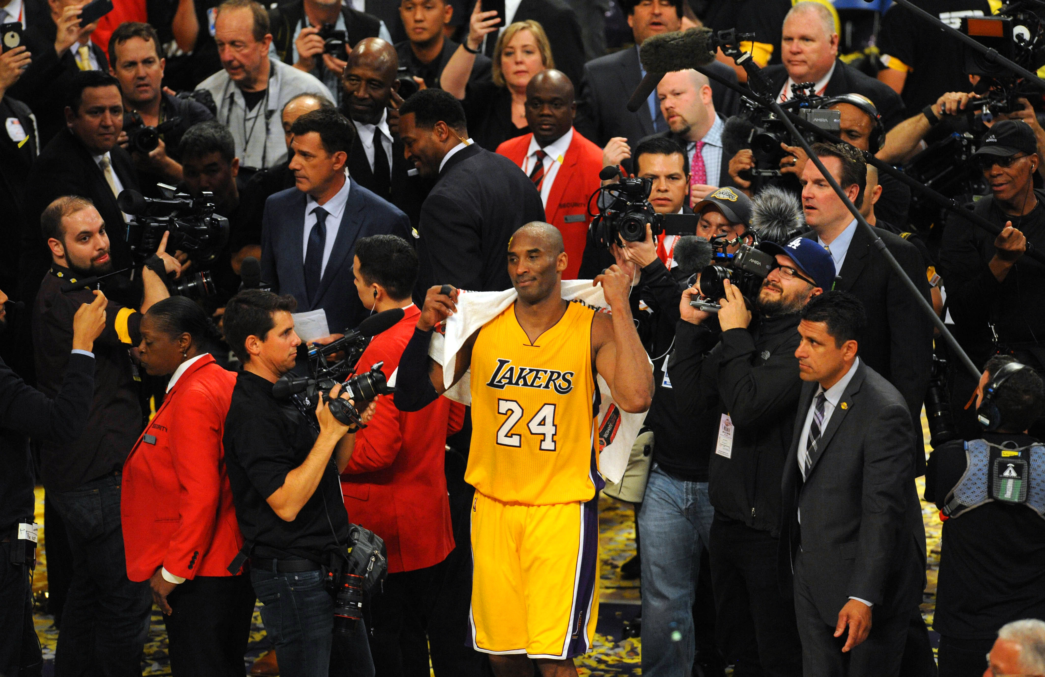 9254613-nba-utah-jazz-at-los-angeles-lakers