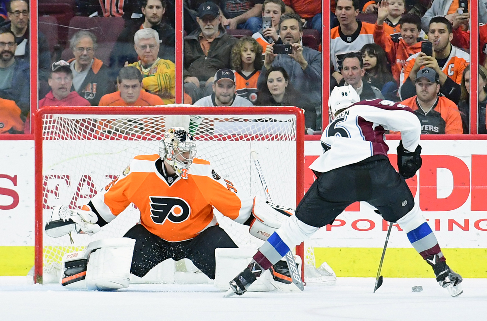 9907938-nhl-colorado-avalanche-at-philadelphia-flyers
