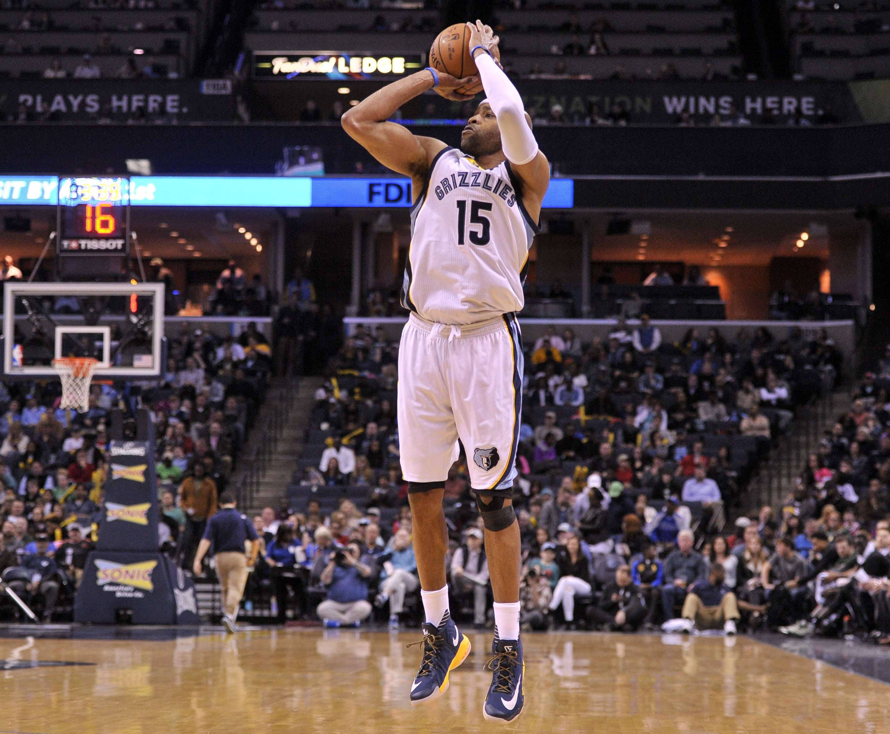 40-year-old Vince Carter scores 24 points on perfect 8-of-8 shooting