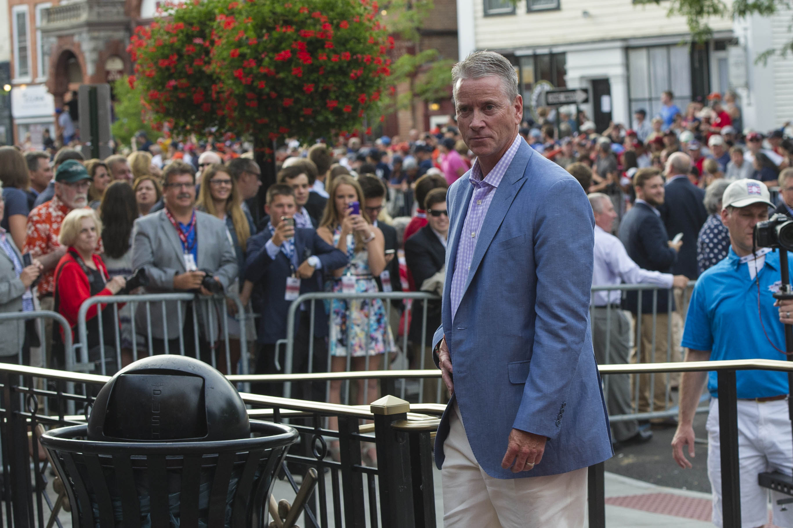 8718147-mlb-baseball-hall-of-fame-parade-of-legends