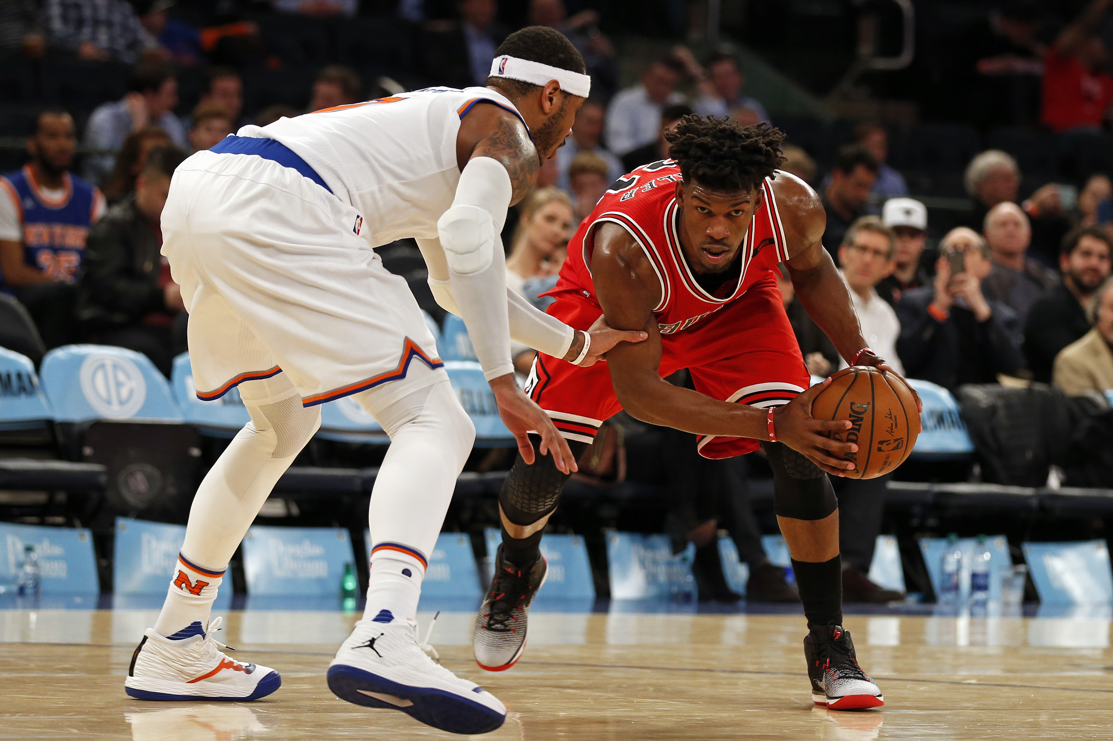 Carmelo Anthony embarrasses Nikola Mirotic with crossover