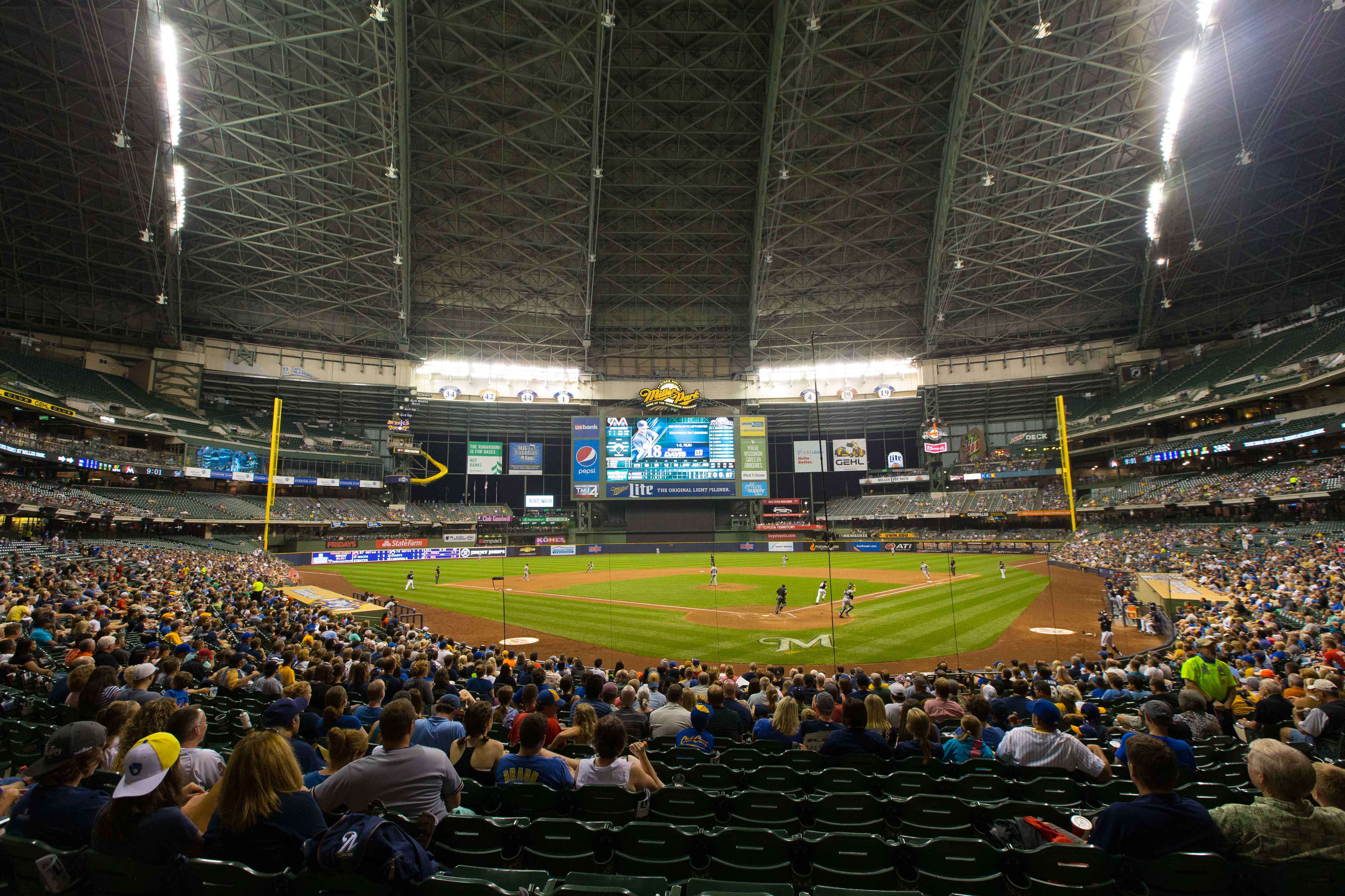 8764357-mlb-miami-marlins-at-milwaukee-brewers