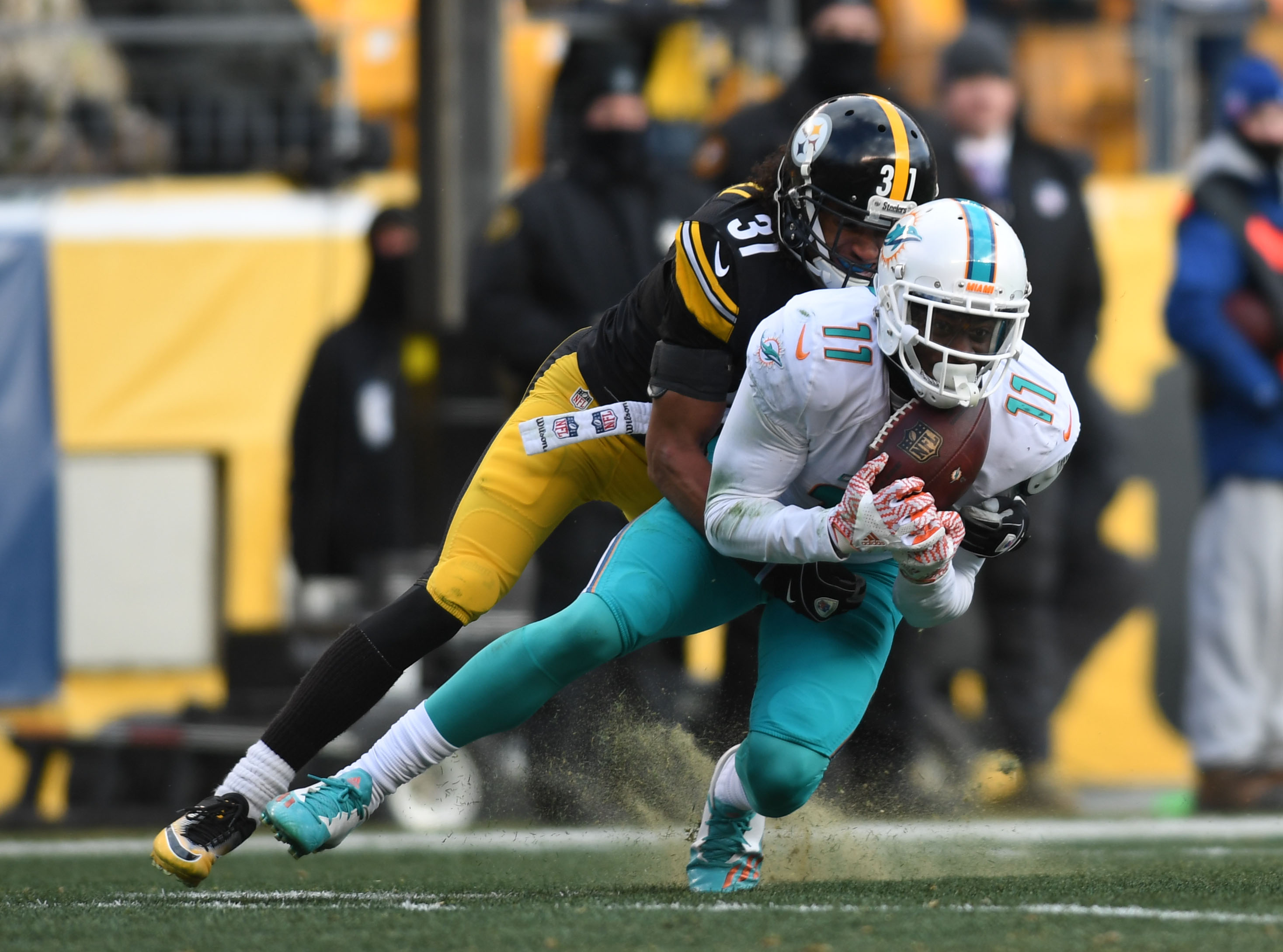 9797370-nfl-afc-wild-card-miami-dolphins-at-pittsburgh-steelers
